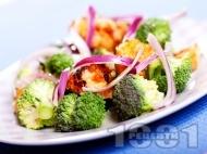 Салата с броколи, пиле и лук